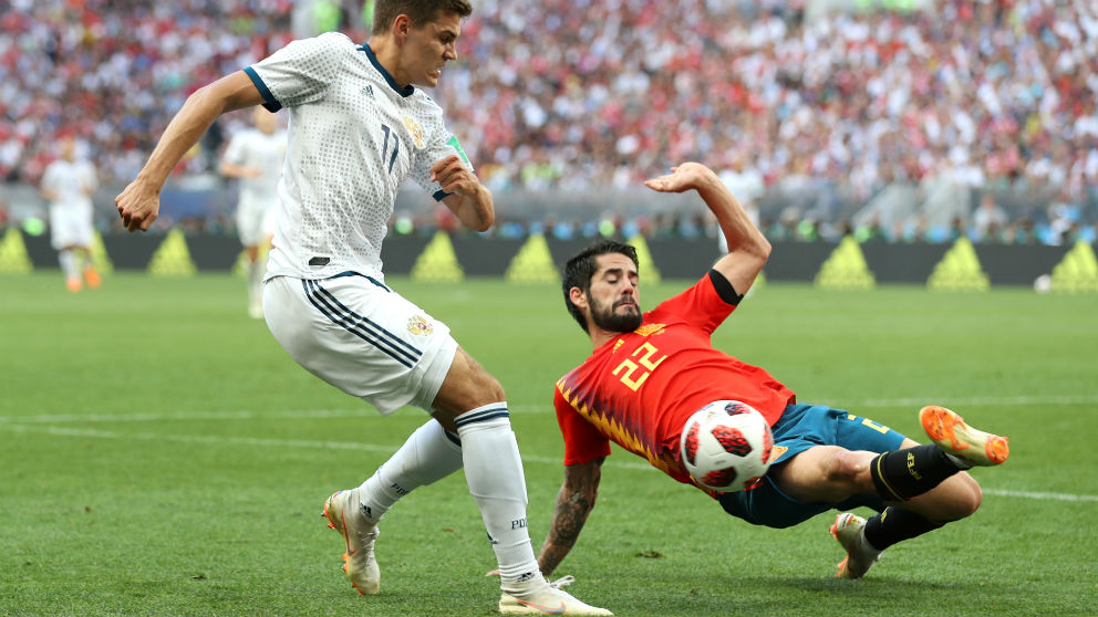 Isco pelea un balón en el partido contra Rusia. (Getty) | España – Rusia | Mundial 2018 en directo