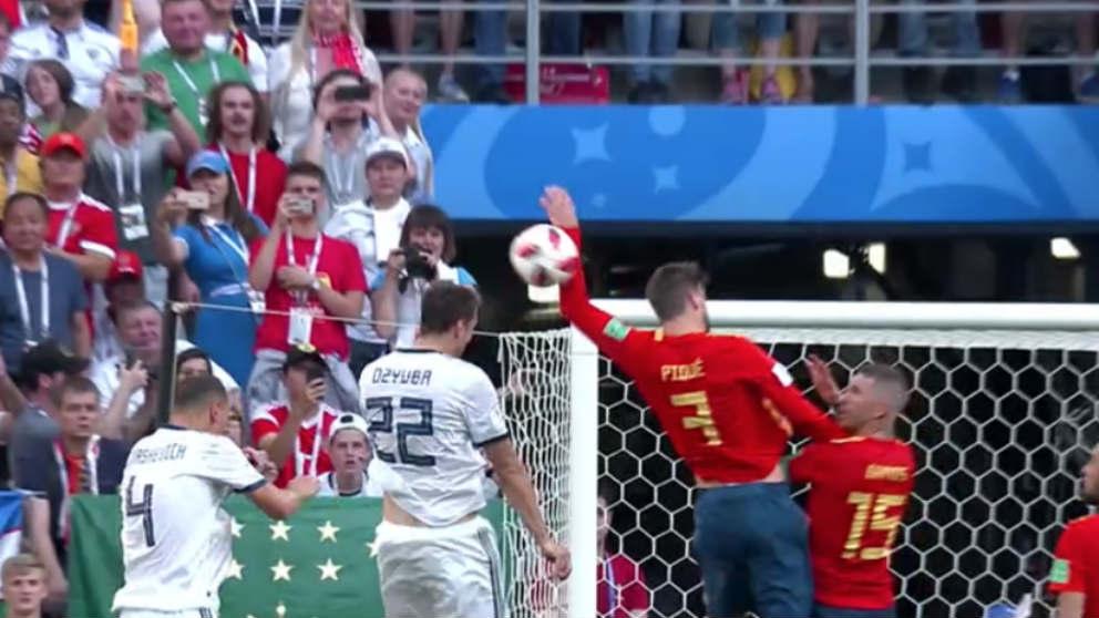 Piqué comete un penalti por mano.