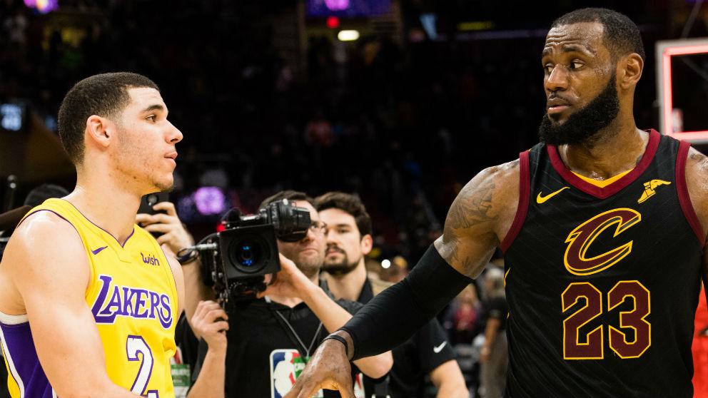 Lebron James saluda a Lonzo Ball después de un partido con los Lakers. (Getty)
