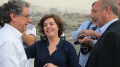 La candidata a presidir el PP, Soraya Sáenz de Santamaría, acompañada por Enric Millo ante los medios antes de participar en un acto en Barcelona de la campaña por las primarias del PP. Foto: Europa Press