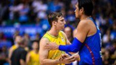 Los jugadores de Australia y Filipinas se dan la mano tras el partido. (Europa Press)