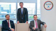 De izquierda a derecha: Pawel Chorazy, viceministro de Inversión y Desarrollo de Polonia, Jordi Gual, presidente del grupo CaixaBank y Francisco Javier Sanabria Valderrama, embajador de España en Polonia.
