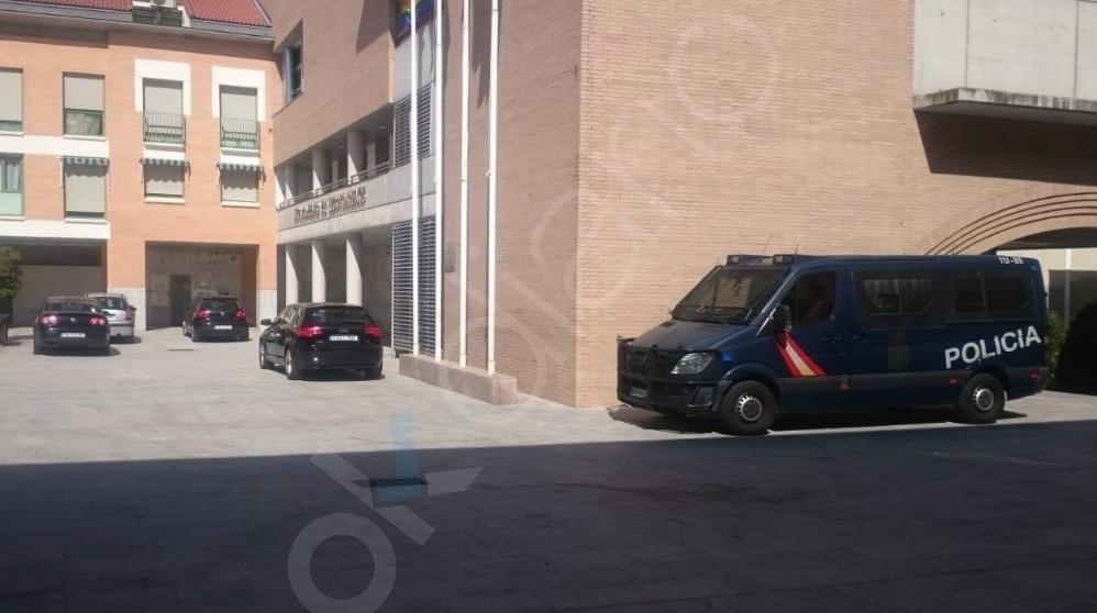 Efectivos policiales en Arroyomolinos por la 'Operación Enredarera'. (Foto. Fernán González)