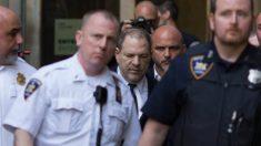 Harvey Weinstein custodiado por policías a su entrada en el juzgado. Foto: AFP