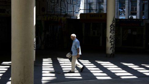 Señor paseando por la calle (Foto. Istock)