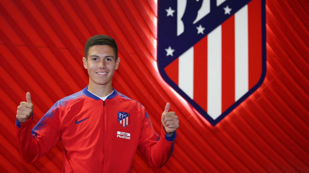 Nehuén Pérez posa con el escudo del Atlético. (clubatleticodemadrid.com)