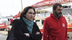 Ada Colau, alcaldesa de Barcelona, con personal de la ONG Proactiva Open Arms. (Foto: AFP)