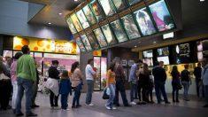 Un grupo de personas hace cola para ir al cine