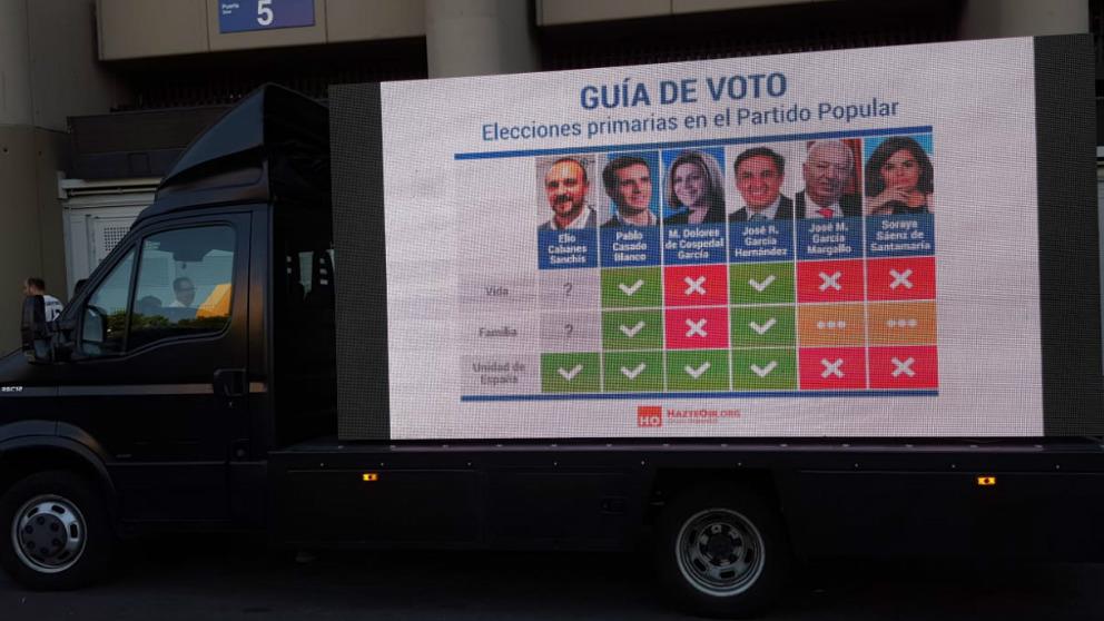 Una de las dos camionetas que Hazte Oir ha puesto en circulación analizando a los 6 candidatos a las primarias del PP.