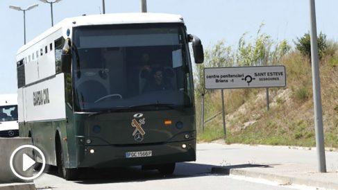 Llegada este mediodía a la cárcel catalana de Brians II, en Sant Esteve Sesrovires (Barcelona), del autobús con los presos Oriol Junqueras, Raul Romeva, Jordi Sanchez y Jordi Cuixart. (Foto: Efe)