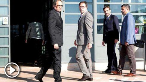 El presidente de la Generalitat de Cataluña, Quim Torra (i), y el director general de prisiones de Cataluña, Amand Calderó (d), durante su visita esta tarde al centro penitenciario de Lledoners (EFE).