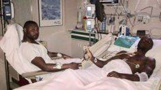 Abidal y su primo Gerard en un hospital tras el trasplante.