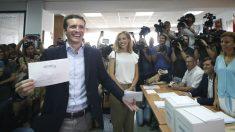 El candidato a la presidencia del PP Pablo Casado, vota para la presidencia del partido, esta mañana en la sede del Distrito de Salamanca en Madrid. (Foto: Efe)