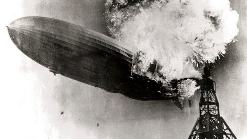 El desastre del Hindenburg en una imagen para la historia.