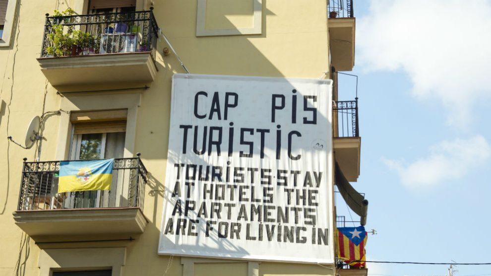 Tablero colgado de un balcón hecho por vecinos de la campana de la Barceloneta en Barcelona, quejándose de apartamentos y overpopulating de turismo en Barcelona (Foto: iStock)