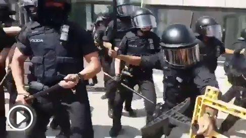 Agentes de los Mossos cargando contra manifestantes en Hospitalet de Llobregat (Barcelona)