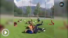 """El vídeo más viral: unos niños escuchan """"Neymar"""" y se tiran y se revuelven en el césped."""