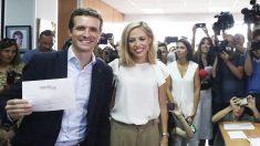 Pablo Casado vota en las primarias del PP junto a su mujer. (Foto: EFE)