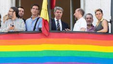 Ángel Garrido con representantes de colectivos LGTBI en el balcón de la sede del Gobierno de la Comunidad de Madrid. (Foto: EFE)
