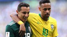 Neymar y Guardado durante el Brasil – México. (Getty)