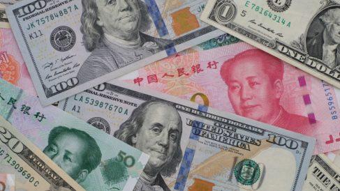 Imágenes de billetes de China y EEUU.
