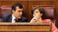 José Luis Ayllón y Soraya Sáenz de Santamaría. (Foto: EFE)