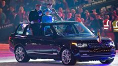 La reina Isabel II en un Land Rover (Foto