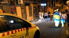 Equipos sanitarios ante el domicilio donde se produjo el asesinato de Madrid (Foto: EFE).