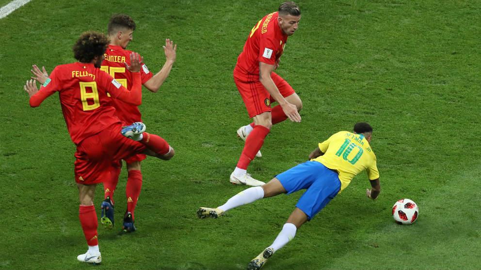 Neymar se tira en el área de Bélgica. (Getty)