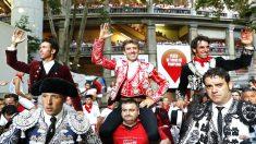 Los tres rejoneadores salen a hombros en Pamplona (Foto: EFE).