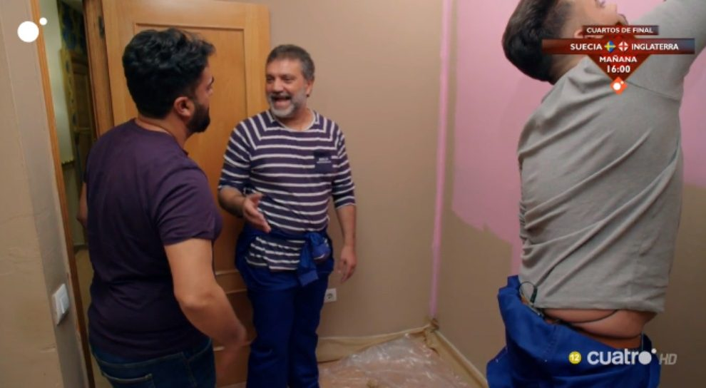 José pinta la habitación de color rosa