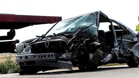 Así quedó el coche del accidente en el que murieron dos personas (Foto: EFE).