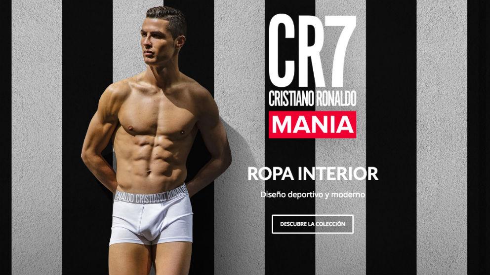 Cristiano Ronaldo promociona sus nuevos calzoncillos con los colores de la Juventus de fondo.