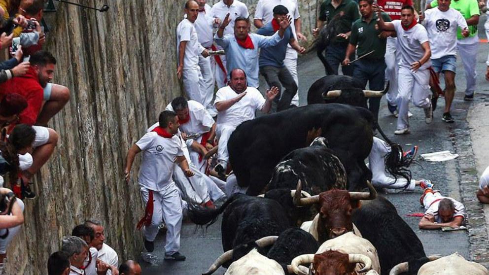 Los toros de la ganaderia salmantina de Puerto de San Lorenzo, han protagonizado el primer encierro de estos Sanfermines 2018. En la imagen, los corredores en el inicio de su recorrido. Foto: EFE