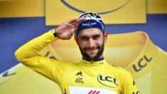 Fernando Gaviria celebra el maillot amarillo en su debut en el Tour de Francia. (AFP)