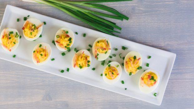 Tapa de huevos rellenos con atún