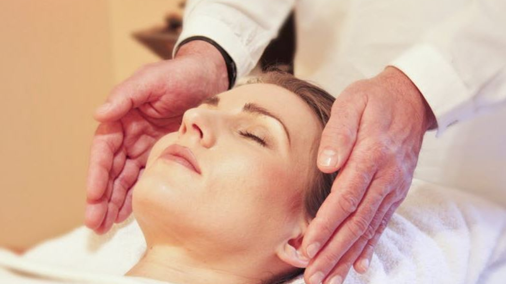 El reiki es una forma de medicina alternativa que actúa directamente en la raíz del problema físico y emocional para cambiarlo y sanarlo.