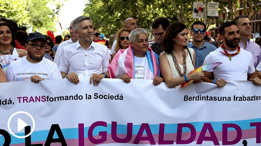 Grande-Marlaska y Carmen Montón en la cabeza de una marcha del Orgullo (Foto: EFE).