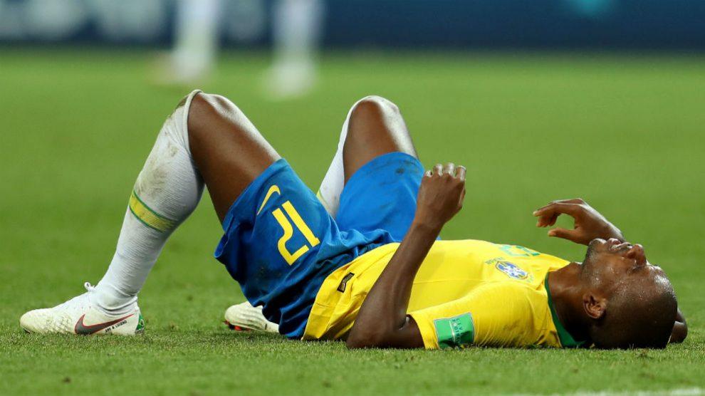 Fernandinho se lamenta en el suelo tras la derrota ante Bélgica. (Getty)