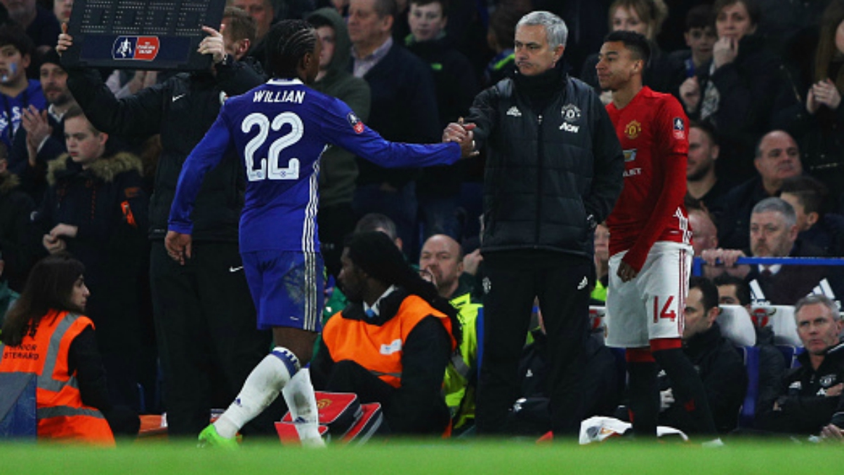Willian saluda a Mourinho durante un United-Chelsea de esta temporada. (Getty Images)