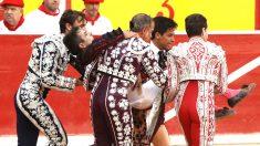 Javier Castaño es atendido por su cuadrilla tras sufrir la cornada (Foto: EFE).
