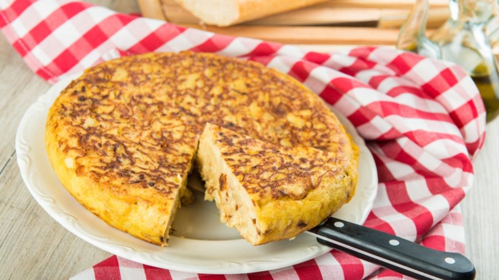 Receta de tortilla con cebolla caramelizada fácil de preparar
