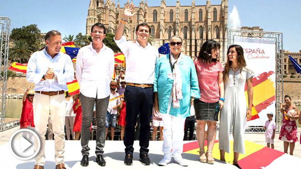 Valls con Mesquida, Rivera, Manuela de la Vega, Verónica Álvarez y Margarita Alba (Foto: EFE).