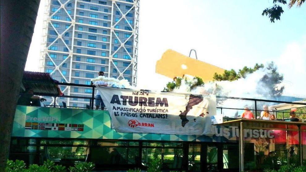Bus turístico atacado por Arran.