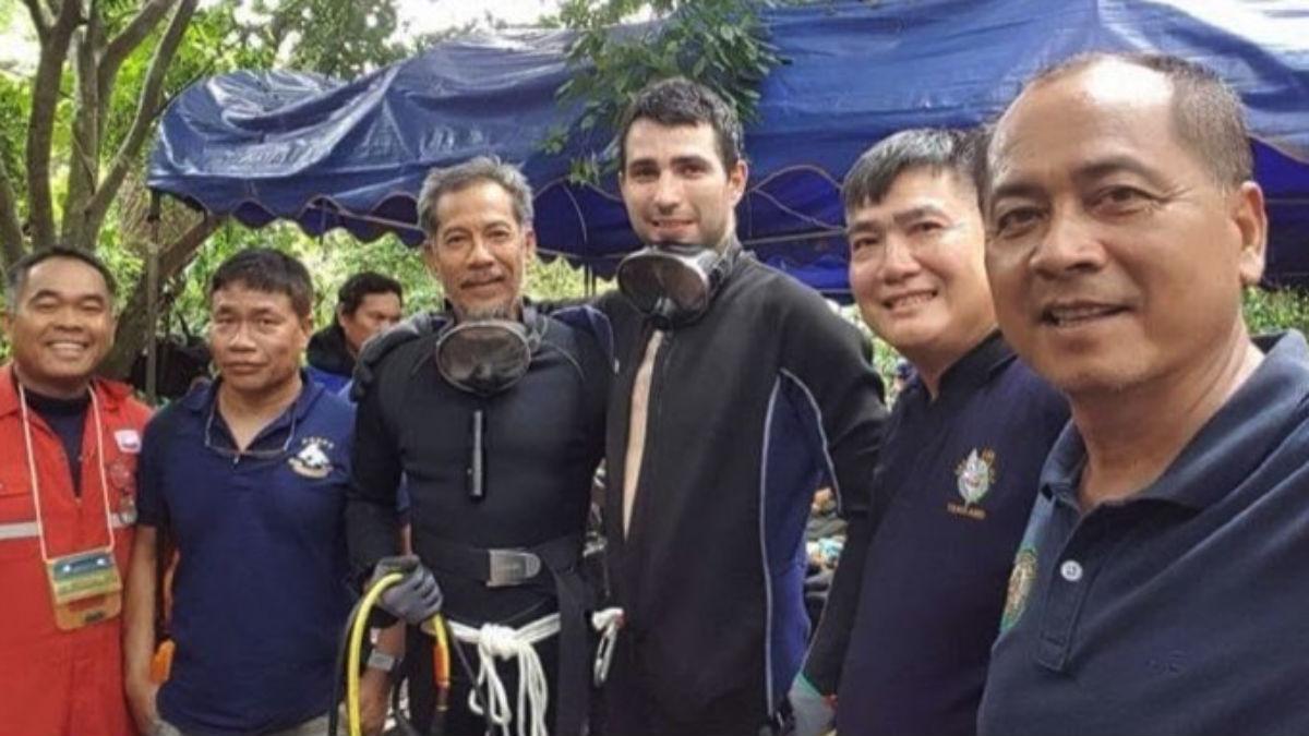 El buzo español Fernando Raigal, en el centro de la imagen, participa en el rescate de los niños en Tailandia (RRSS).