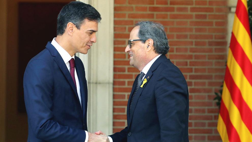 Pedro Sánchez y Quim Torra se saludan en La Moncloa (Foto: EFE).