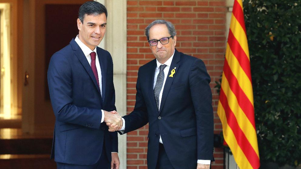 Pedro Sánchez y Quim Torra se saludan (Foto: EFE).