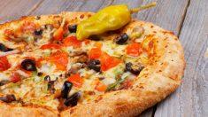 Receta de pizza con borde relleno de queso, una explosión de sabor