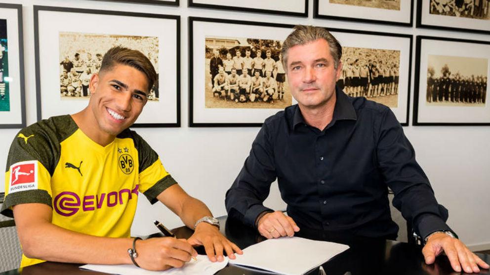 Achraf, en el momento de la firma con el Borussia Dortmund.