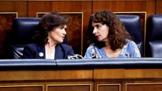 La vicepresidenta del Gobierno, Carmen Calvo, y la ministra de Hacienda, María Jesús Montero, en el Congreso. (Foto: EFE)